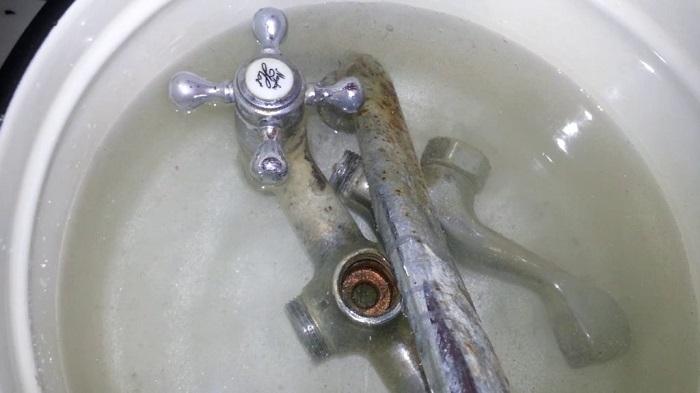 Газированной водой можно очистить ржавый кран. / Фото: freelancehack.ru