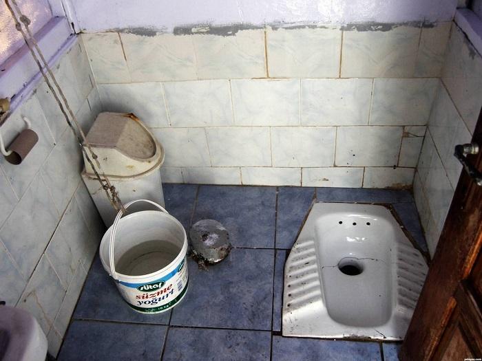 Общественные туалеты не отличаются чистотой. / Фото: fresher.ru