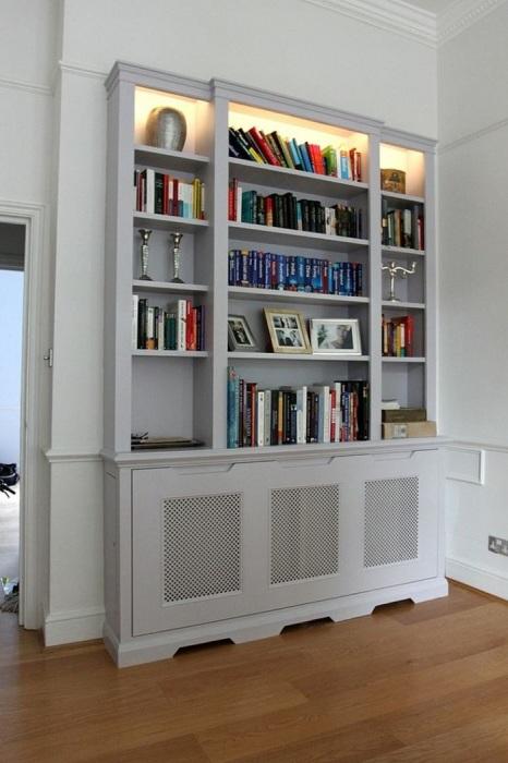 Книжный шкаф станет надежной маскировкой для батареи. / Фото: freshome.com