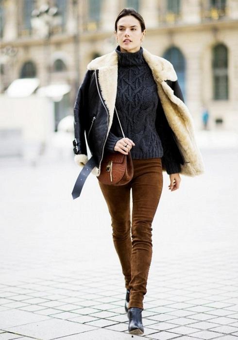 Замшевые брюки в сочетание со свитером - уютный повседневный образ. / Фото: pinterest.ru