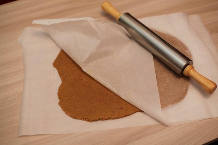 Чтобы тесто не прилипало, его нужно раскатывать между листами пергамента. / Фото: funpanda.ru