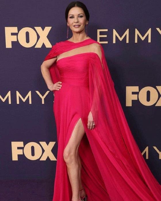 Кэтрин Зета-Джонс в платье цвета фуксия. / Фото: fw-daily.com