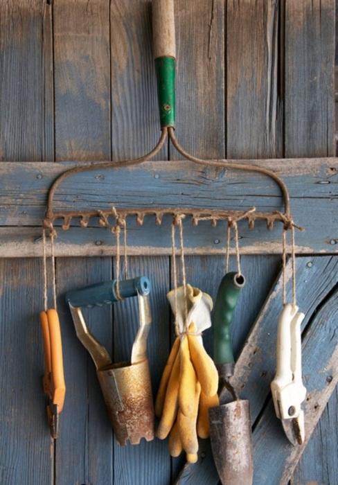 Грабли станут отличной системой хранения для садового инвентаря. / Фото: gardenhouz.com