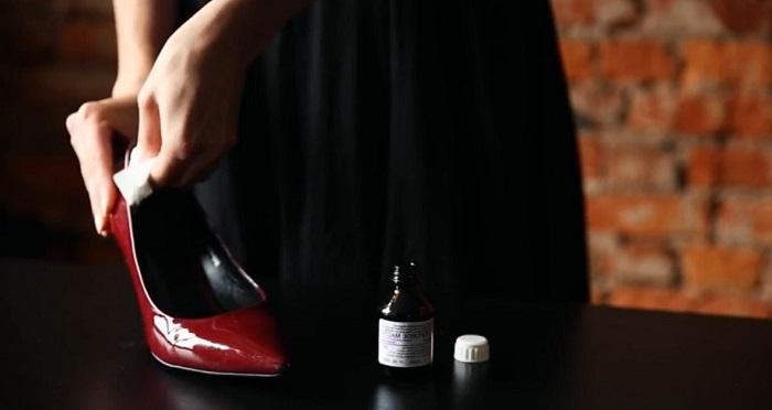 Масло поможет быстрее надеть туфли. / Фото: garderobus.ru