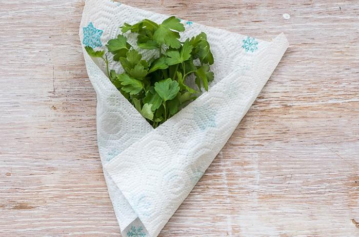 Оберните влажным полотенцем зелень, чтобы она долго сохраняла свою свежесть. / Фото: gastronom.ru
