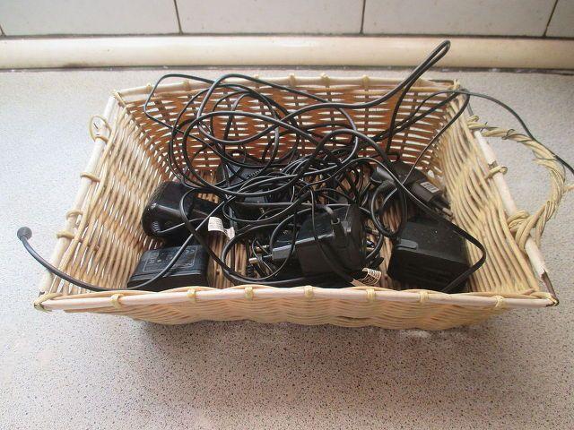 Уберите зарядные устройства в одну корзину