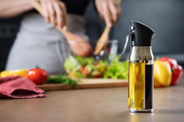 Спрей позволяет дозировать количество масла. / Фото: gen.ru