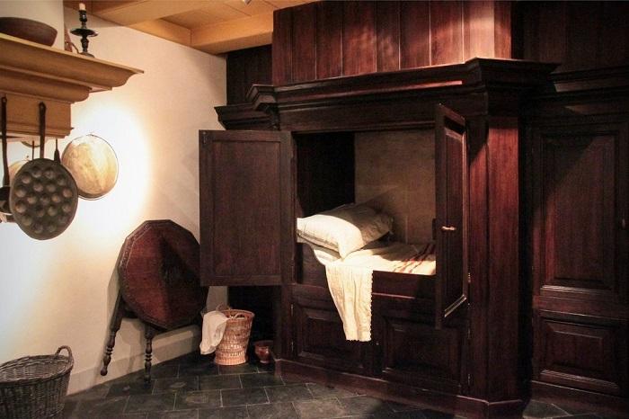 Шкаф, который использовался для сна вместо кровати. / Фото: gerdanka.ru
