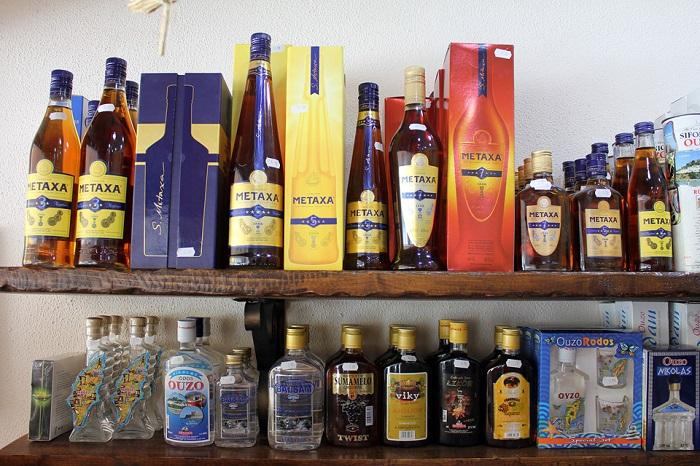 Алкоголь - популярный сувенир, который привозят из-за границы. / Фото: gkd.ru