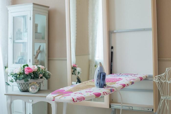 Гладильная доска, встроенная в зеркало. / Фото: all-designstroy.ru
