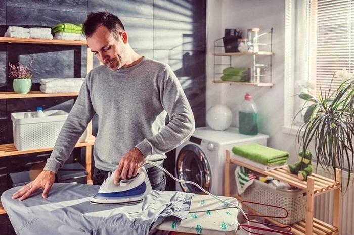 Иногда мужчины сами гладят свои рубашки. / Фото: ruwest.ru