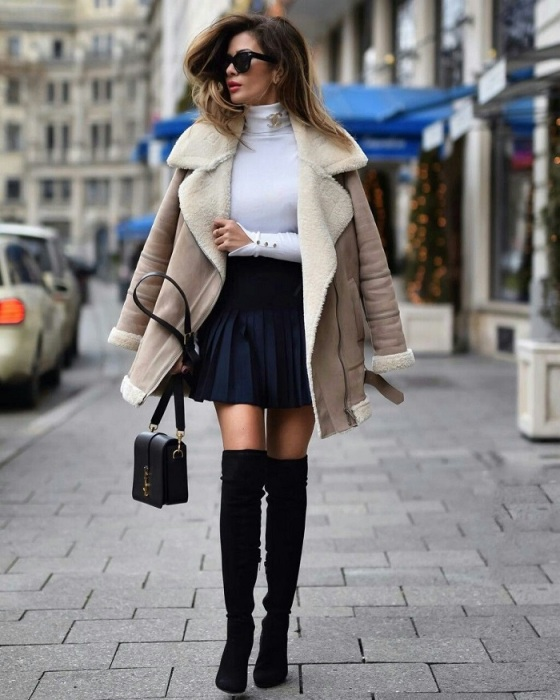 Юбка в складку, дополненная ботфортами, выглядит очень женственно в сочетании с дубленкой. / Фото: glamadvice.ru
