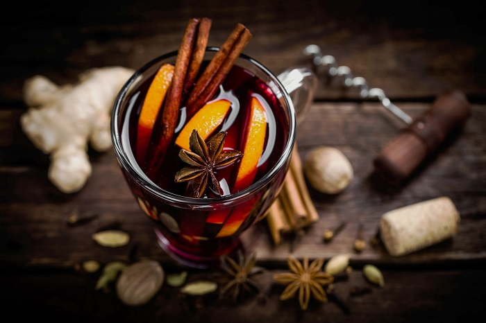 Классический глинтвейн готовится из красного сухого вина. / Фото: mrfilin.com