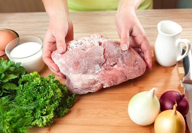 Мясо можно готовить сразу после того, как достанете его из холодильника. / Фото: globus.ru
