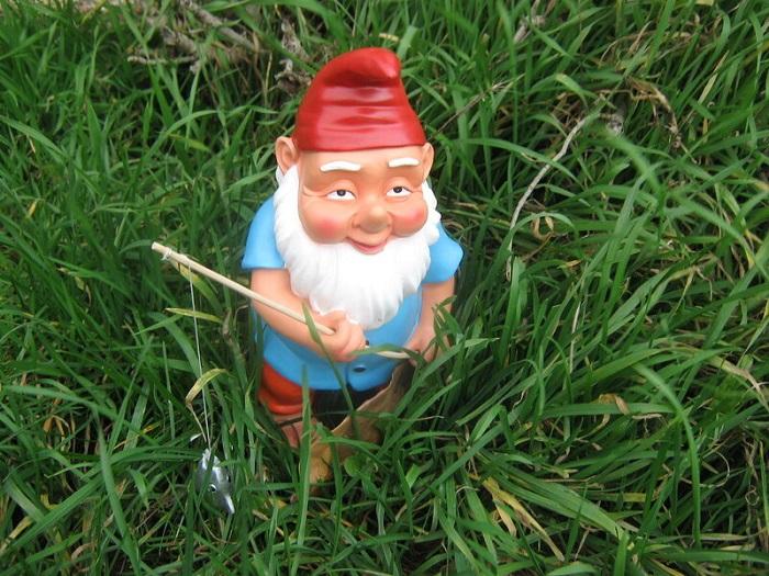 Устройте квест, главным заданием которого будет поиск садовых гномов. / Фото: 02stroy.ru