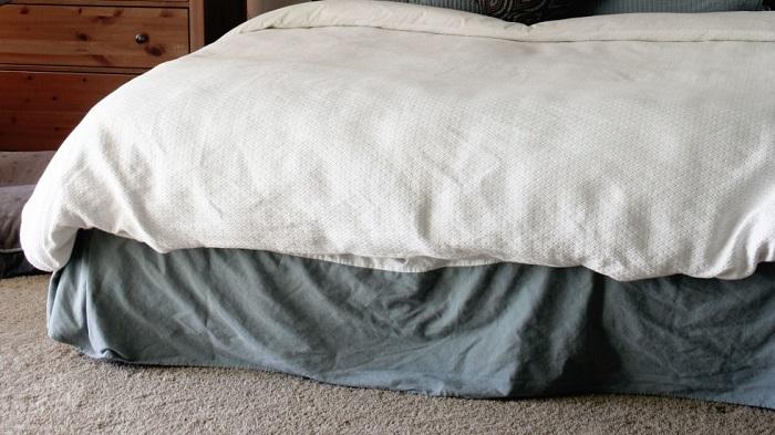 Вещи, которые лежат под кроватью, собирают много пыли. / Фото: goodhouse.ru