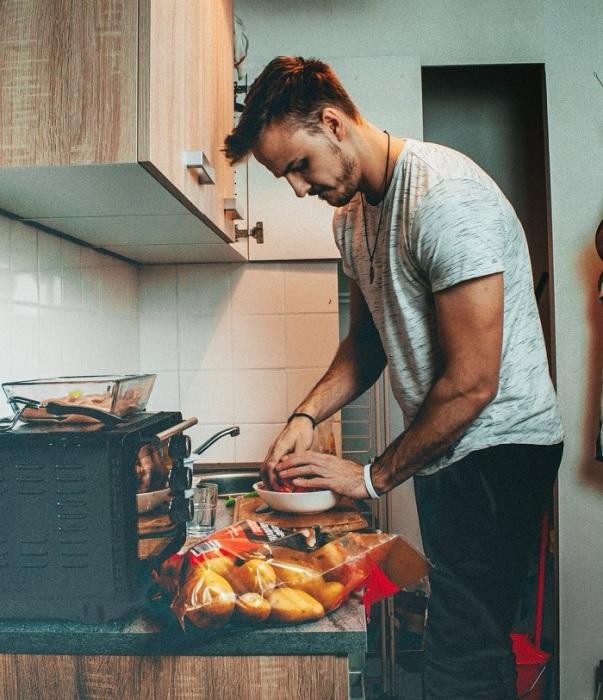 Некоторые мужчины обожают готовить. / Фото: reston.ua