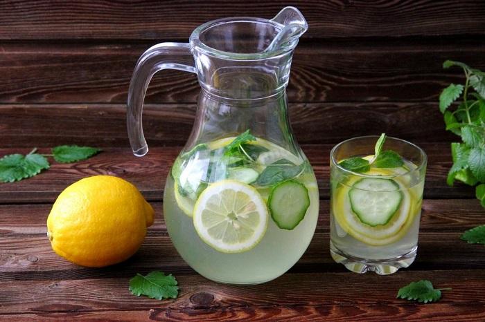 Налейте в графин воды, добавьте травы и лимон. / Фото: 100-sovet.ru