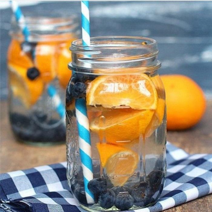 Напиток с черникой и апельсином должен настаиваться не менее 3 часов. / Фото: grandkulinar.ru