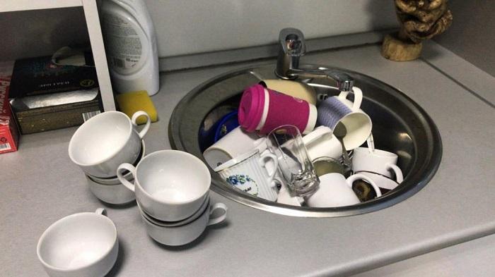 Брать грязную чашку из раковины и наливать в нее чай - плохая идея. / Фото: fb.ru