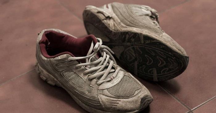 Грязь очень быстро засыхает и въедается в материал кроссовок. / Фото: vsudu-sport.ru