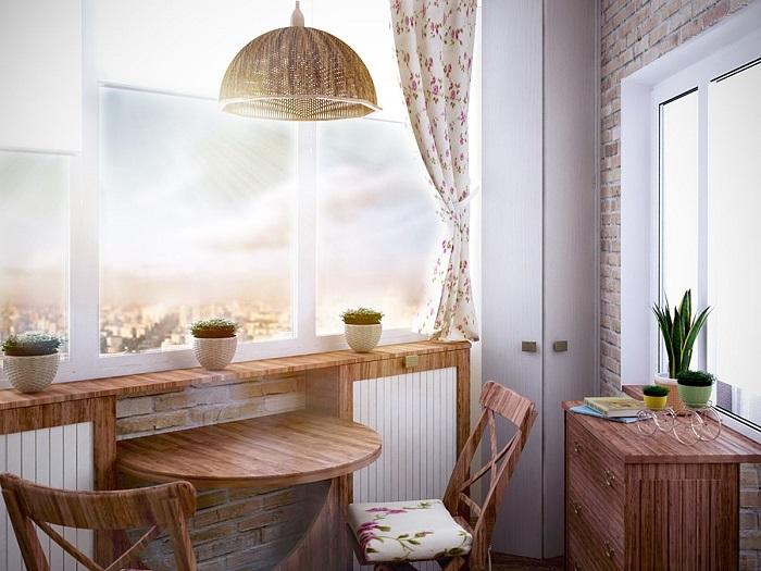 Столовая на балконе станет уютным местом для трапезы. / Фото: handspc.ru