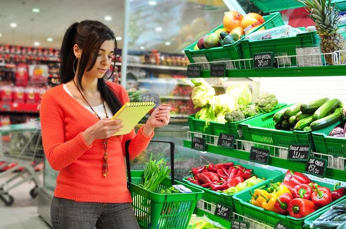 Составьте дома список товаров, и строго следуйте ему в супермаркете. / Фото: healthy-info.ru