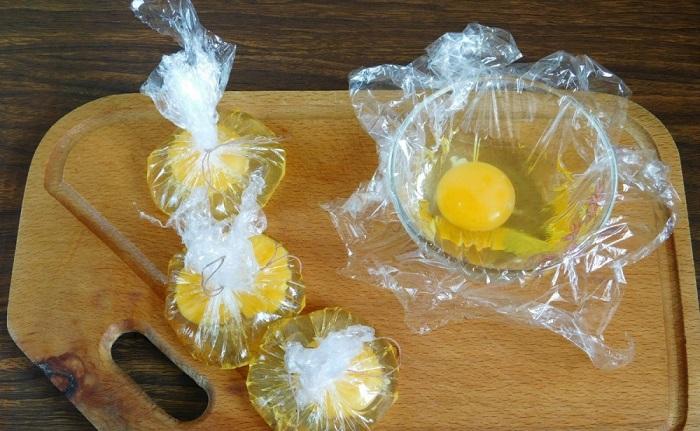 Самый легкий способ - разбить яйца в пленку и сварить. / Фото: nadoremont.com