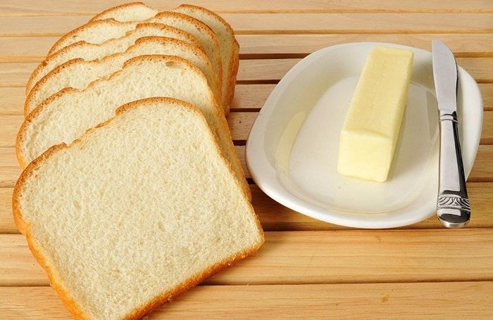 Белый хлеб с маслом не насытит надолго. / Фото: vladtime.ru