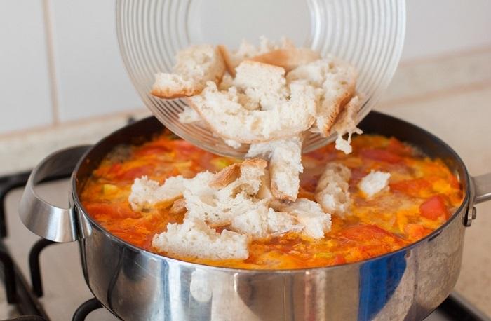 Хлеб нужно порезать на кусочки и добавить в суп. / Фото: