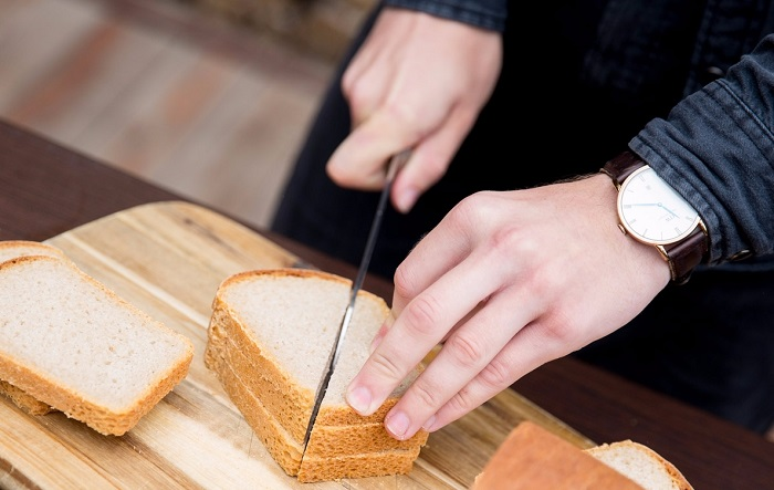 Не нарезайте хлеб к ужину. / Фото: kakprosto.ru