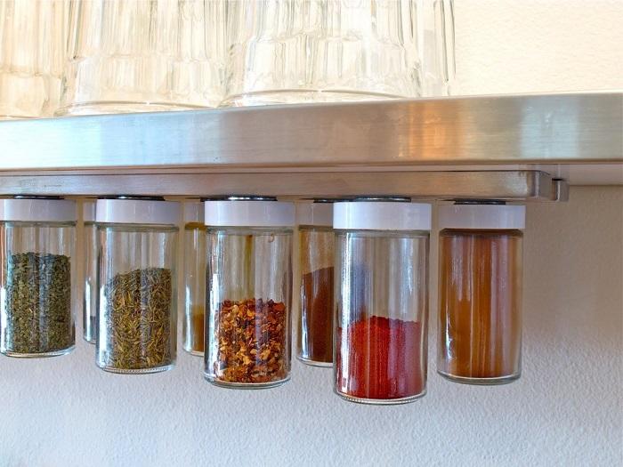 Специи удобно хранить в емкостях с магнитными крышками. / Фото: hochu.ua