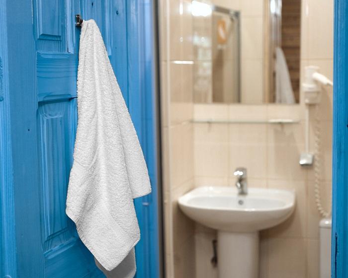 Повесьте крючок на двери, чтобы было удобно вешать полотенце. / Фото: homebliss.in