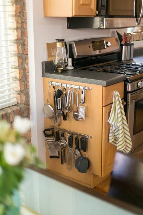 Крючки для кухонных принадлежностей можно разместить на стене, двери или кухонной тумбе. / Фото: homedecormagz.com