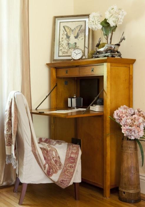 В качестве стола можно использовать старый секретер. / Фото: homedit.com