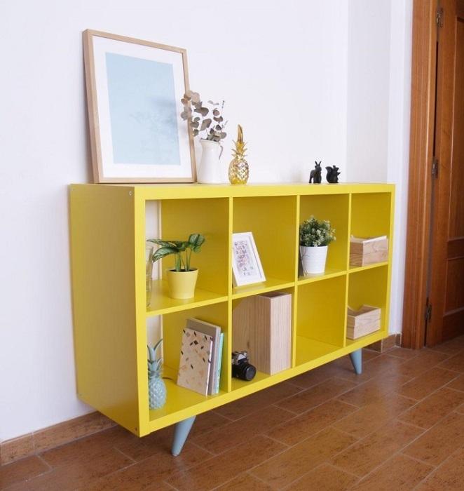 Стеллаж из ИКЕА можно перекрасить в желтый цвет. / Фото: homelifeorganization.ru