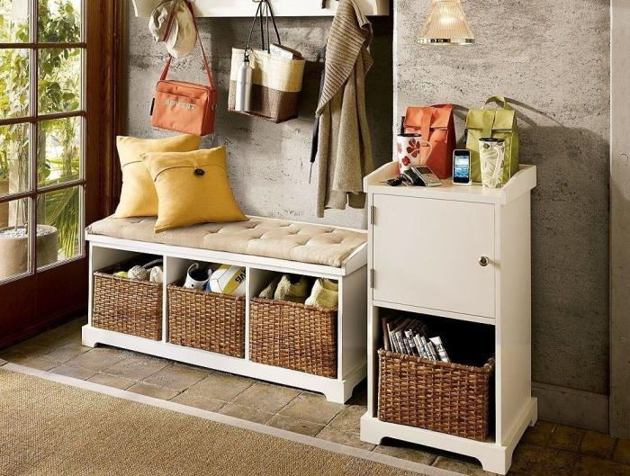Купите лавку с мягким сиденьем и местом для хранения. / Фото: homeli.ru