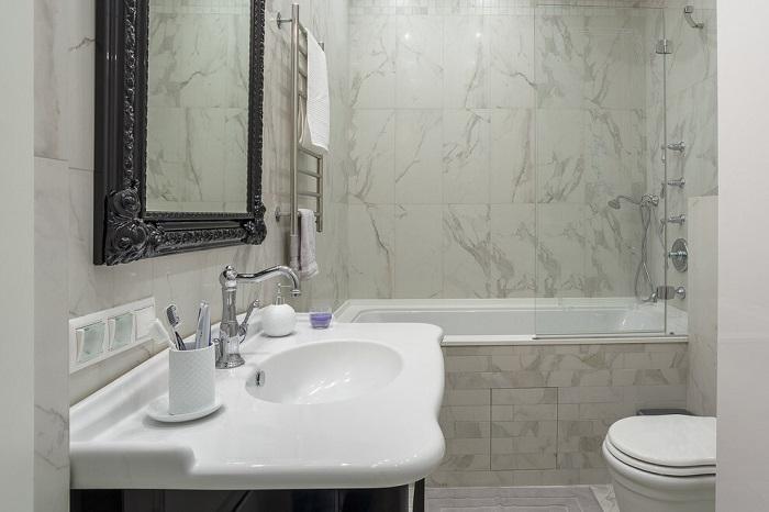 Стена ванной комнаты отделаны мрамором. / Фото: homemania.ru