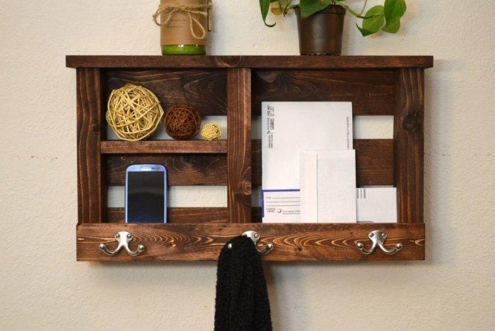 Для хранения мелочей подойдет полочка с с крючками и ящиками. / Фото: homester.com.ua
