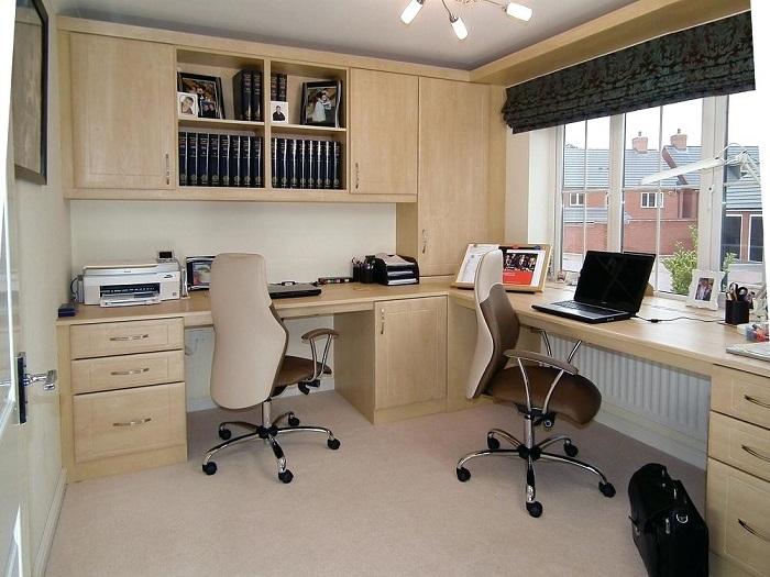 Два стола, расположенные около соседних стен, образуют удобное рабочее место на двоих. / Фото: homify.ph