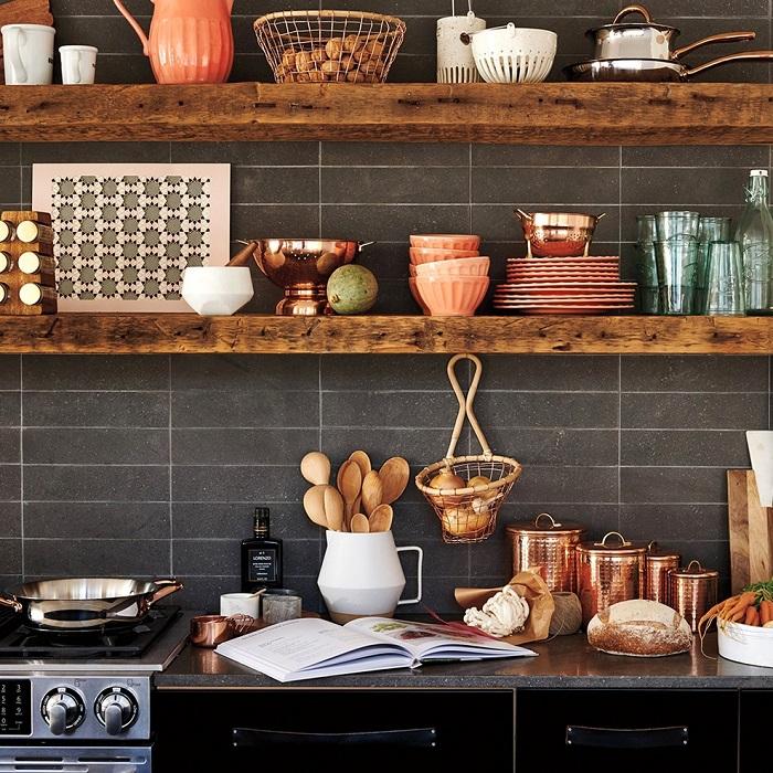 Открытые полки делают кухню более просторной. / Фото: housesdesign.ru