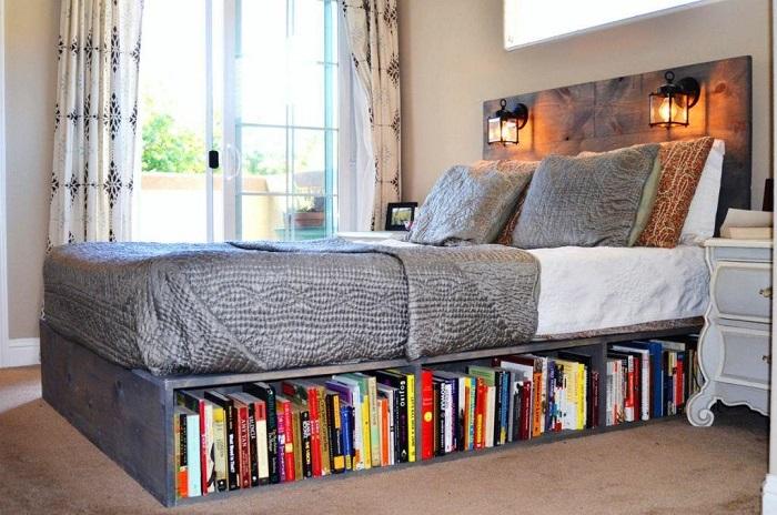 Свободное пространство под подиумом станет идеальным местом для книг. / Фото: houzz.ru