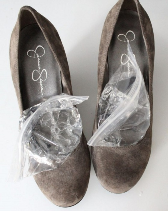 Положите пакеты с водой в туфли и заморозьте их. / Фото: hozjajkainfo.ru