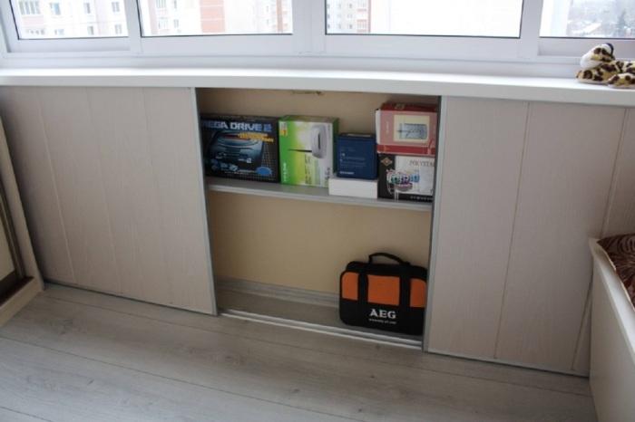 Под подоконником можно оборудовать вместительную нишу. / Фото: na-balkone.com