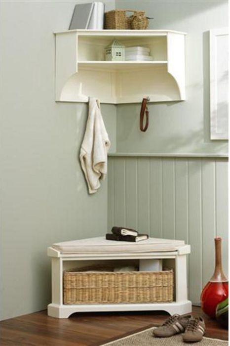 В угол можно повесить полку или поставить стул. / Фото: hroomy.com