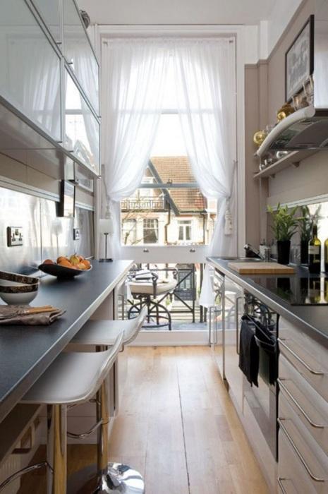 Мебель вдоль стен - идеальное решение для узкой кухни. / Фото: huga.by