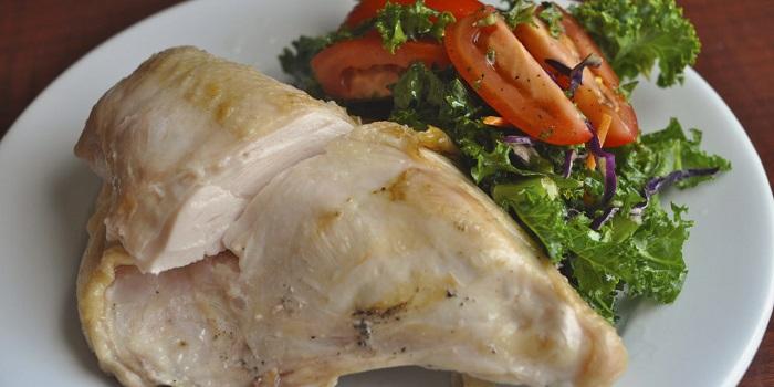Куриное мясо содержит много белка, но не стоит пытаться съесть, как можно больше. / Фото: huliganka.net