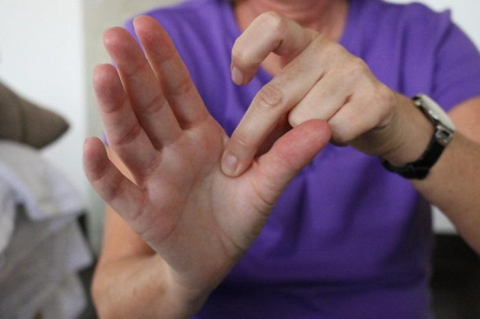 Если у вас большие руки, поищите подходящие перчатки в строительном супермаркете. / Фото: ibw.edu