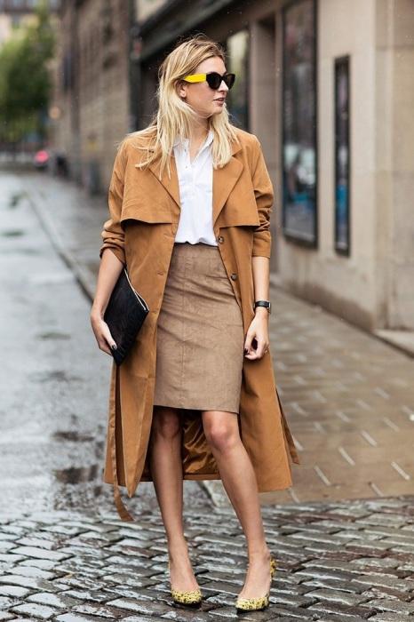 Замшевая юбка песочного цвета прекрасно смотрится с нейтральной белой рубашкой. / Фото: ideal-style.ru