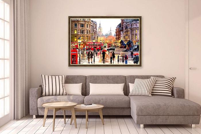 Большие яркие картины уместны в нейтральном интерьере. / Фото: ideal24.ru